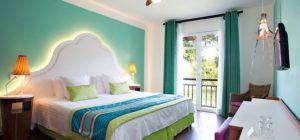 Apartamento club med com detalhes na decorações verdes cores vivas