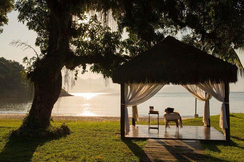 Ambientes montados na parte externa oferecendo massagens e tratamentos estético