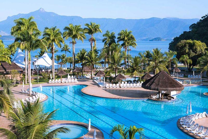 Vista aérea do Vila Galé Eco Resort de Angra com detalhes na piscina e bar molhado