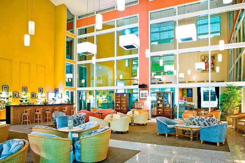 Ambientes ambientes amplos com mesas e cadeiras detalhes do bar de drinks ao fundo
