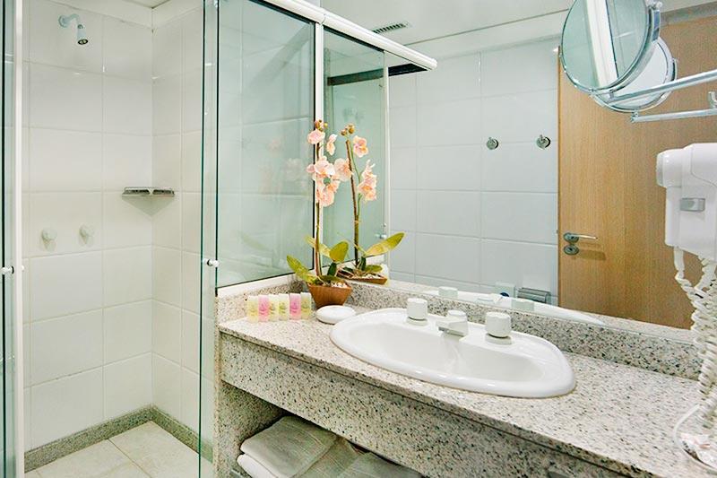Banheiros equipados com secadores juntos amenidades