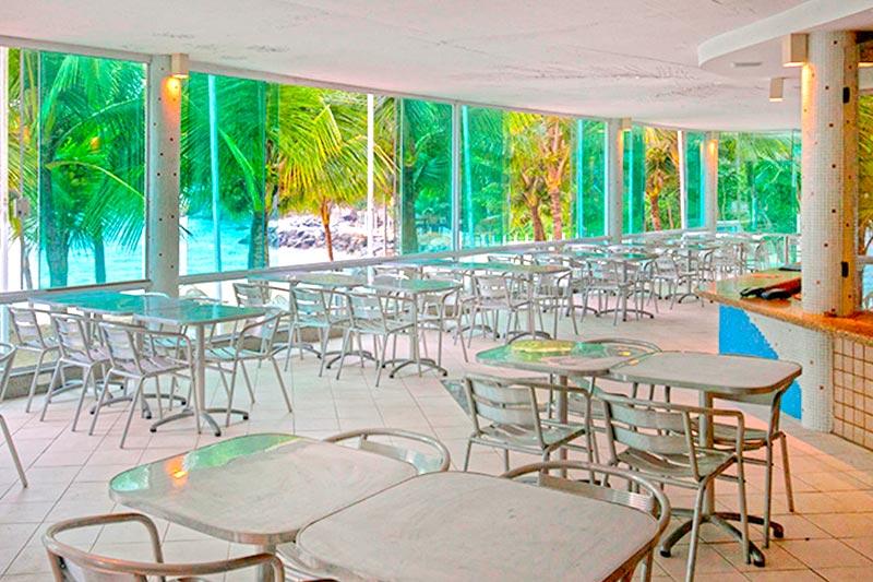 Restaurante Beach Grill com cadeiras postas próximo ao bar