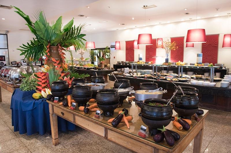 Buffet com comidas quentes posto no Restaurante Versátil