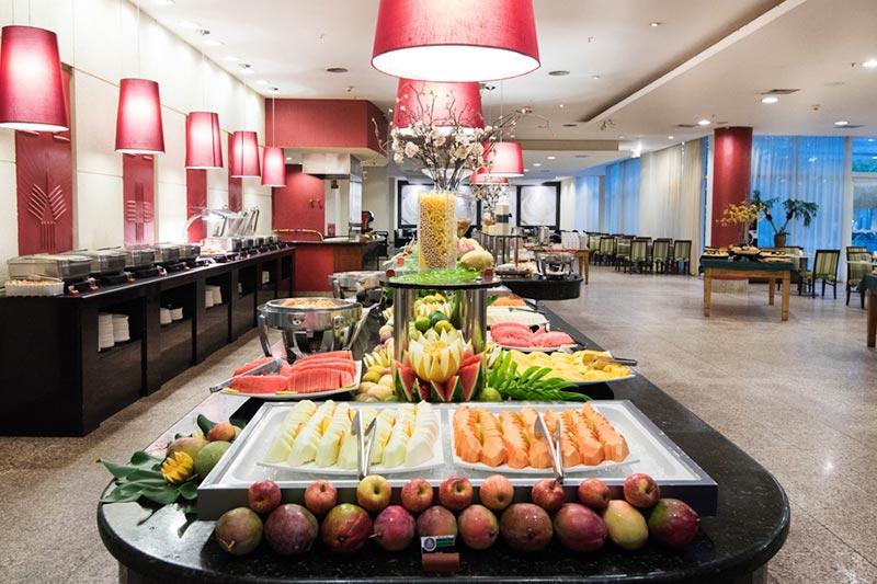 Buffet de frutas frescas no Restaurante Versátil