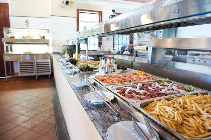 Buffet servido com comidas diversas para todos os gostos, restaurante central.