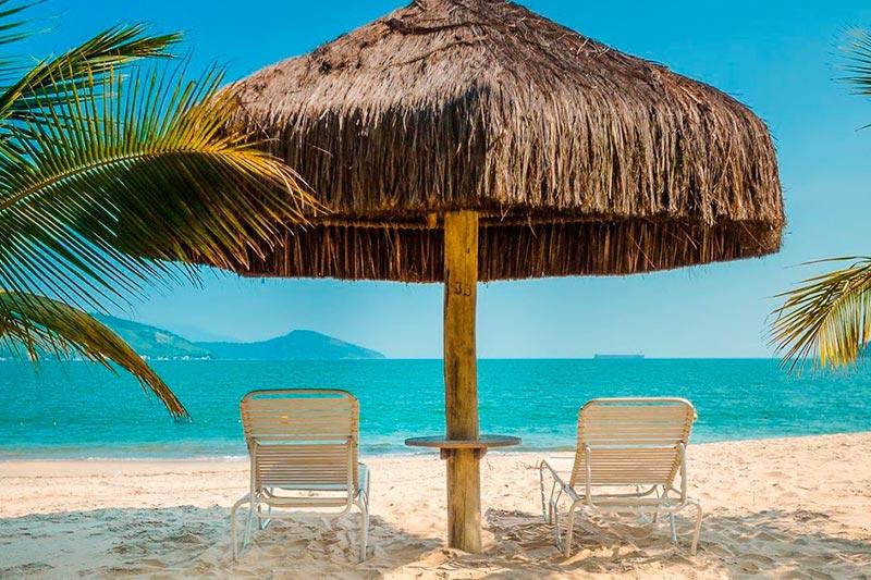 Estrutura como gazebos e cadeiras postos na praia