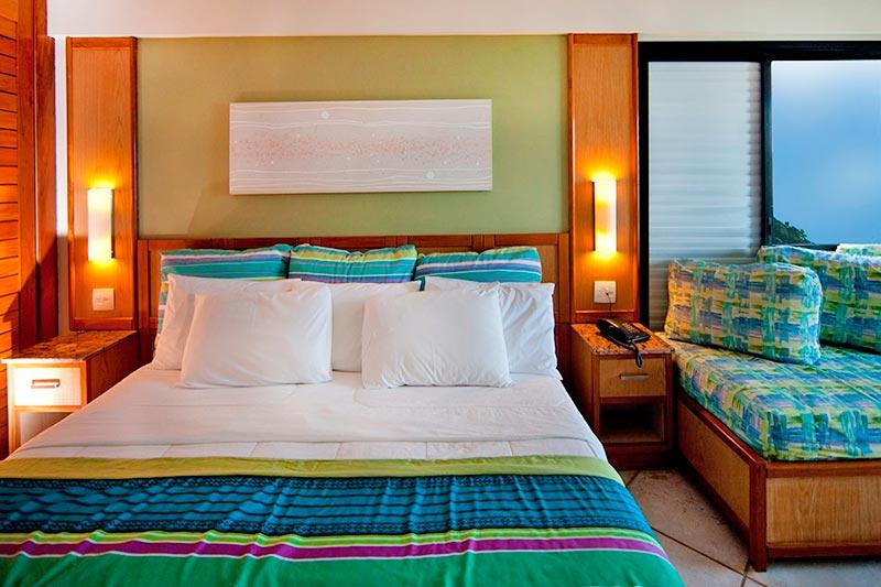 Frontal quarto Luxo com detalhes na cama casal