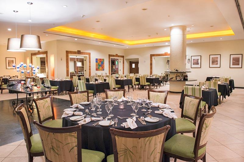 Inevitável restaurante com mesas