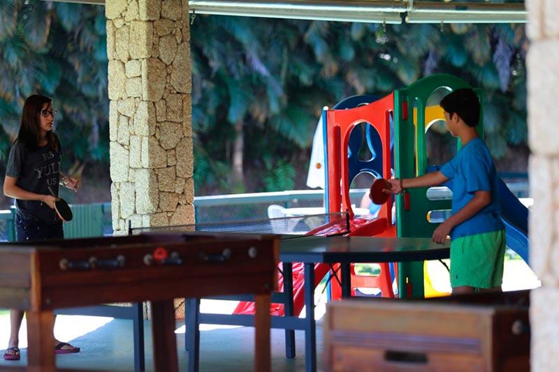 Jogos de futebol de mesa e ping-pong disponível para jovens e adultos no resort