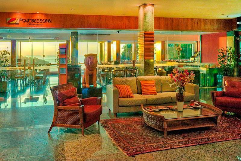 Lobby com vista para restaurante com sofás e conforto