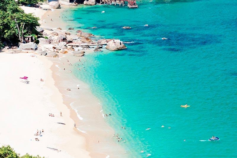 Praia com águas claras