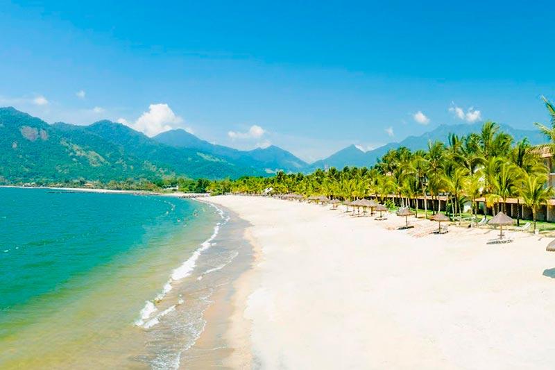 Praia com areia clara mar calmo