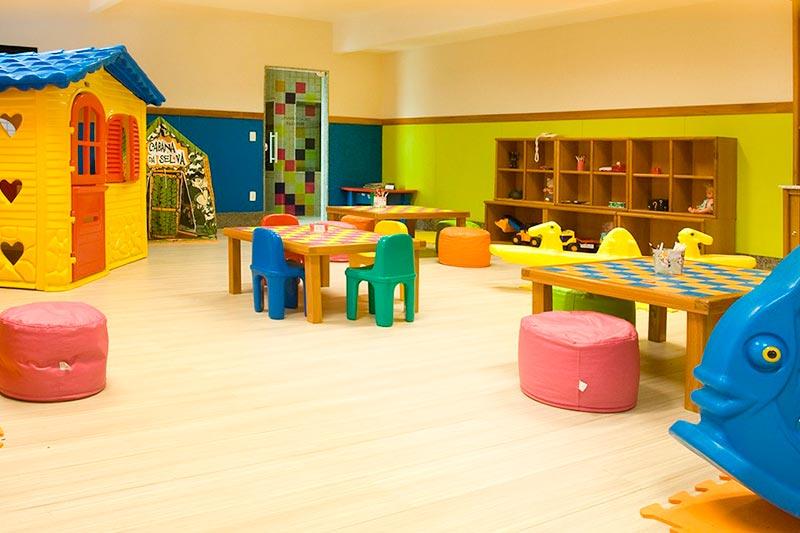 Sala de diversão para crianças com brinquedos e atividades disponíveis