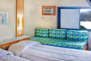 Standard com Vista mar com detalhes das camas de solteiro e vista da janela