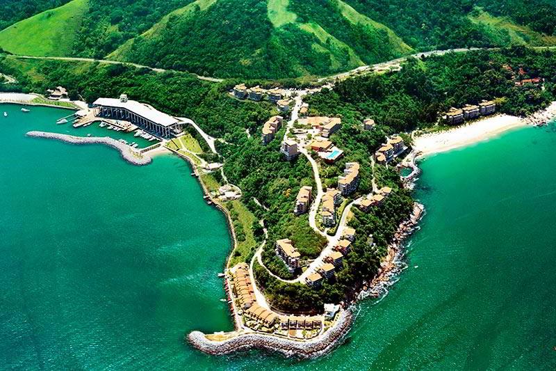 Vista aérea frontal do resort em meio a n