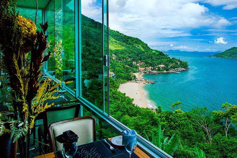 Vista restaurante com detalhes da praia e mar belíssimos
