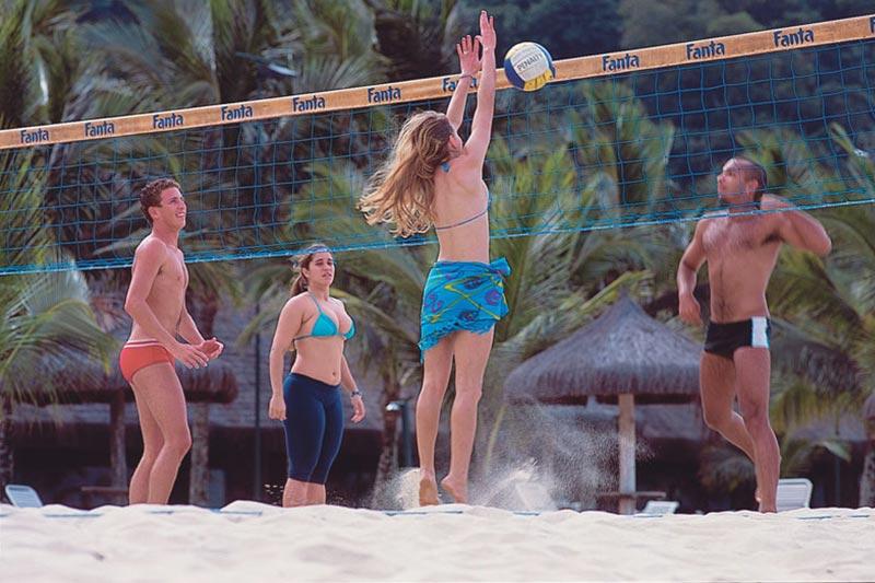 Volei de areia entre outros ambientes esportivos